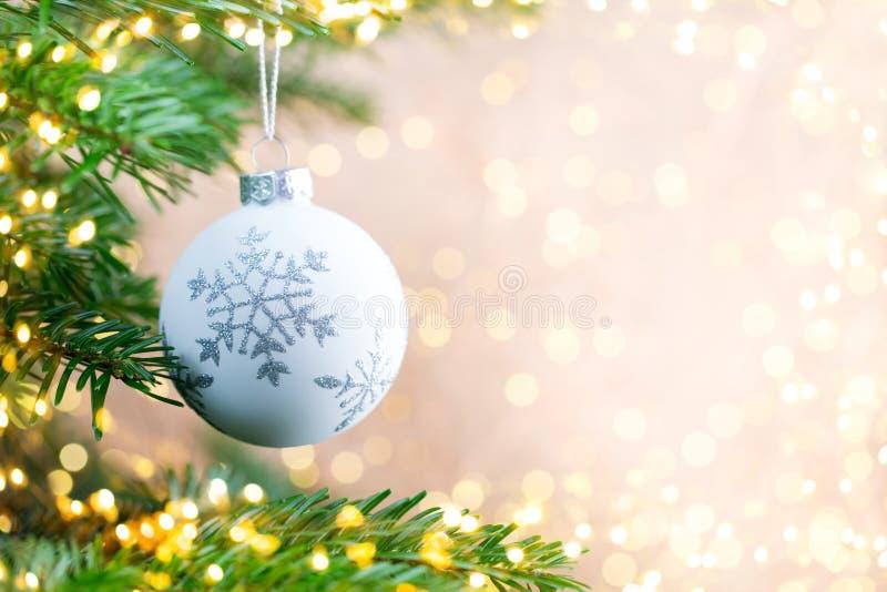 Árbol de navidad el fondo del bokeh Fondos de la tarjeta de felicitación de la Navidad fotografía de archivo libre de regalías
