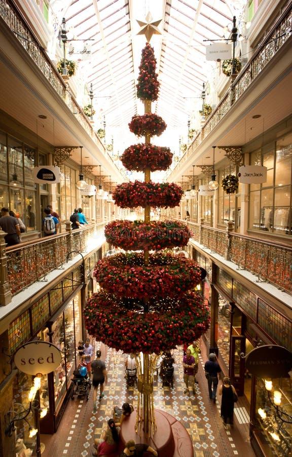 Árbol de navidad en arcada de las compras de Sydney imagen de archivo libre de regalías