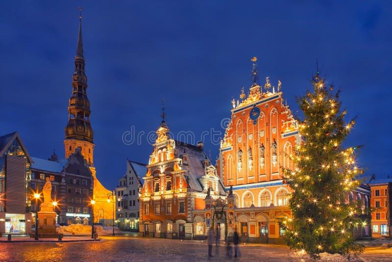 Árbol de navidad en cuadrado del ayuntamiento en Riga imagen de archivo libre de regalías