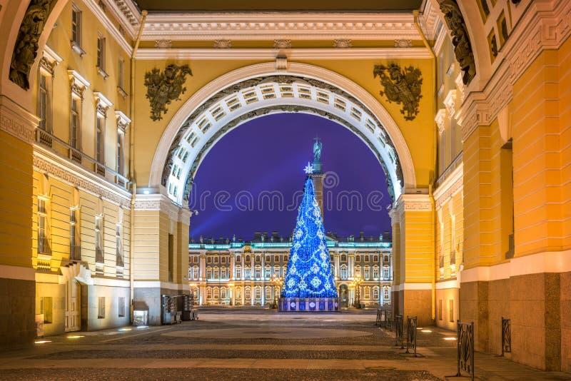 Árbol de navidad en cuadrado del palacio en St Petersburg foto de archivo
