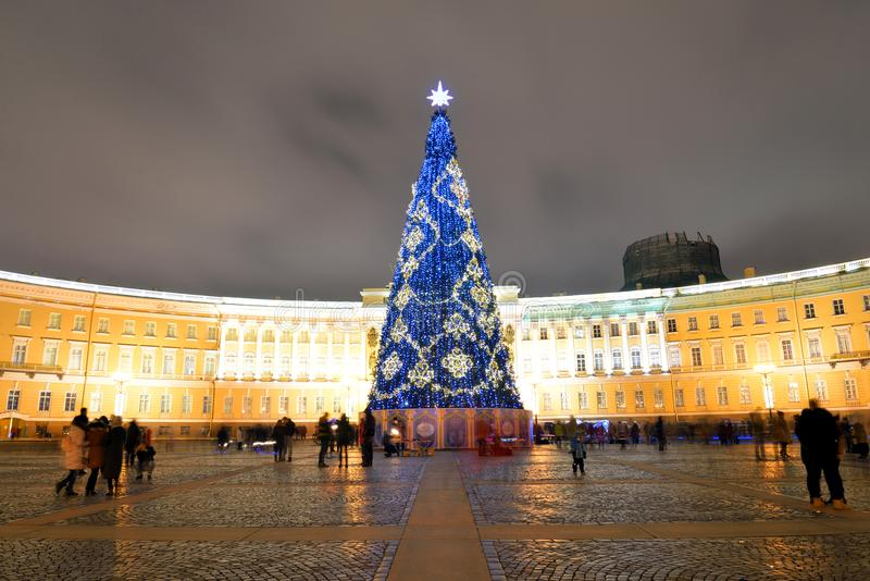 Árbol de navidad en cuadrado del palacio en StPetersburg imagen de archivo