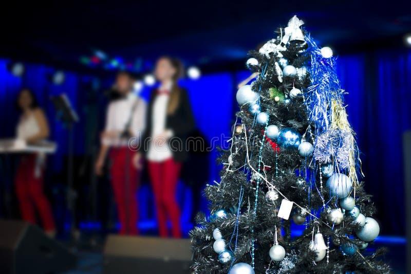 Árbol de navidad en decoraciones Concierto celebrador en fondo borroso imágenes de archivo libres de regalías