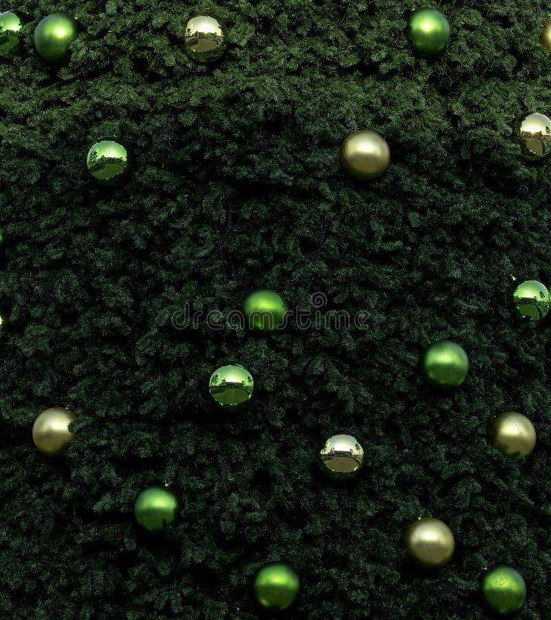 Árbol de navidad en el cielo azul imágenes de archivo libres de regalías