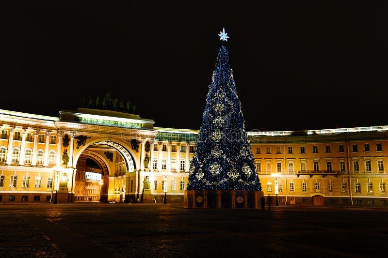 Árbol de navidad en el cuadrado de St Petersburg - noche VI del palacio fotos de archivo libres de regalías