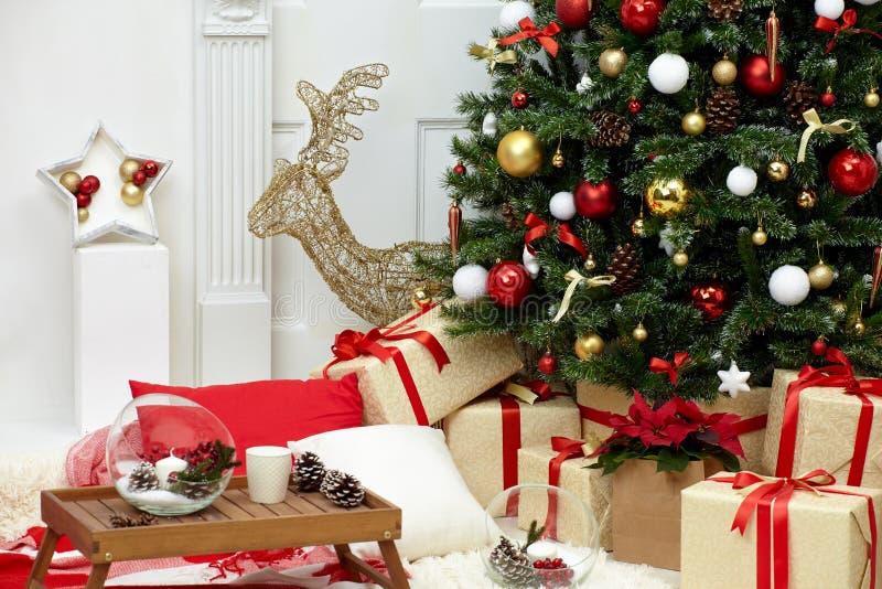 Árbol de navidad en el cuarto cerca de la chimenea fotografía de archivo libre de regalías