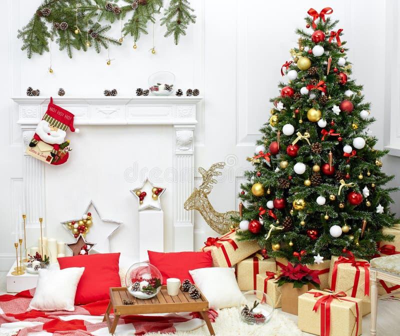 Árbol de navidad en el cuarto cerca de la chimenea imagen de archivo libre de regalías