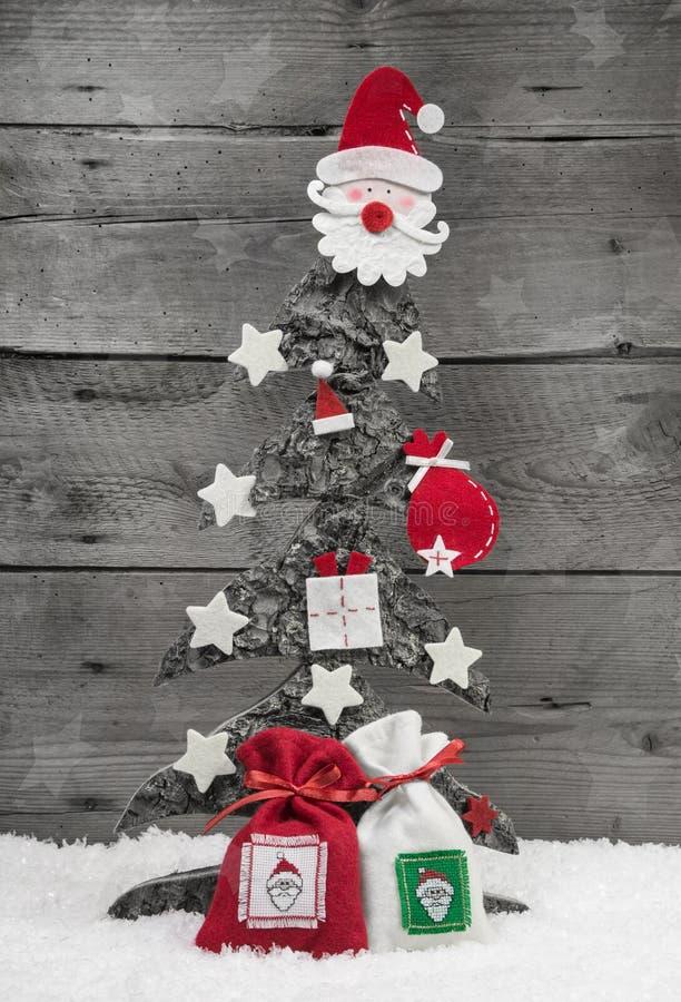 Árbol de navidad en el fondo de madera - tarjeta de felicitación. foto de archivo libre de regalías