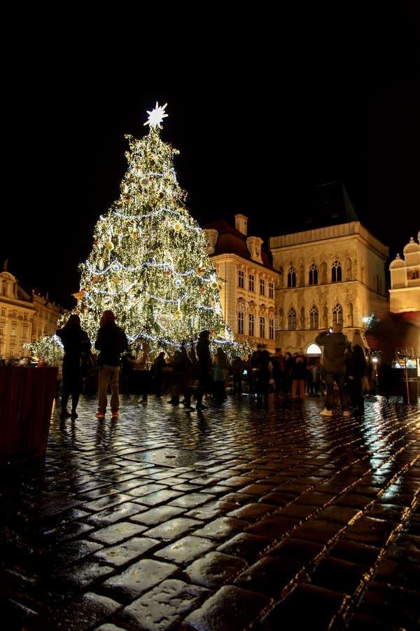 Árbol de navidad en el lugar de la iglesia de Tyn en Praga imagen de archivo libre de regalías