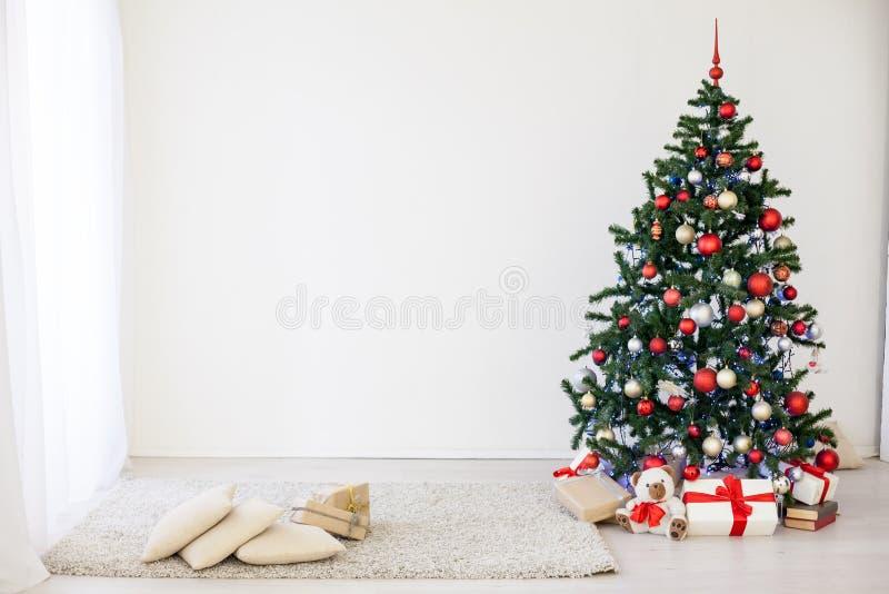 Árbol de navidad en el Pasillo blanco en la Navidad imagen de archivo libre de regalías