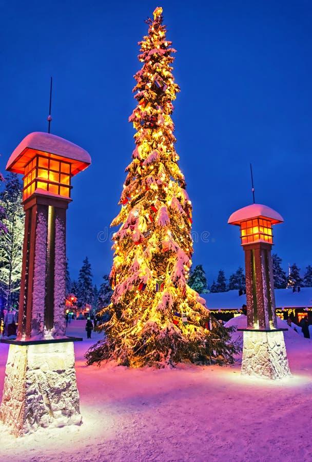 Árbol de navidad en el pueblo de Santa Claus en el Círculo Polar Ártico cerca de Rova fotos de archivo libres de regalías