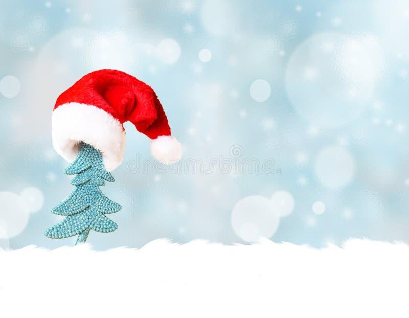 Árbol de navidad en fondo del sombrero de Papá Noel y de la decoración de la Navidad foto de archivo libre de regalías