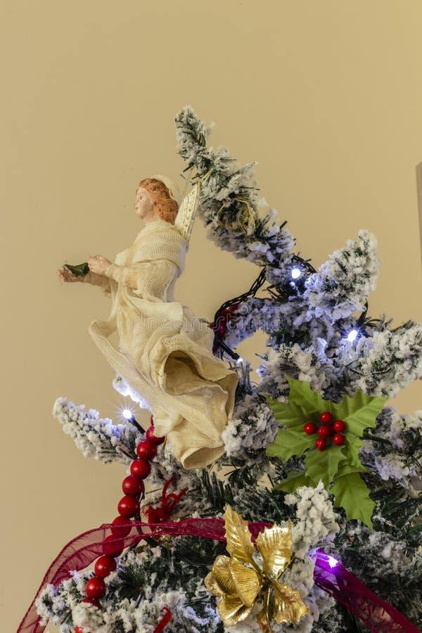 Árbol de navidad en la casa fotografía de archivo libre de regalías