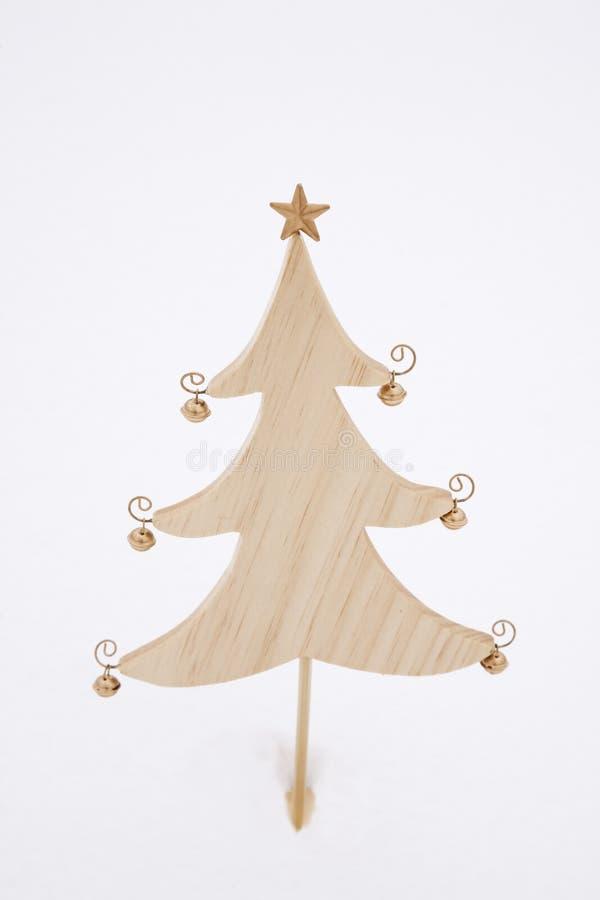 Árbol de navidad en la nieve imagen de archivo libre de regalías