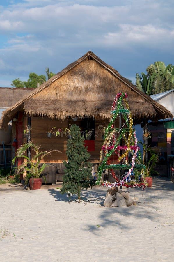 Árbol de navidad en la playa foto de archivo libre de regalías