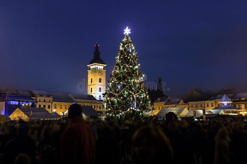 Árbol de navidad en la vieja plaza en Ceske Budejovice fotografía de archivo