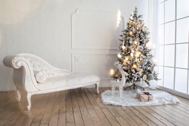 Árbol de navidad en sala de estar foto de archivo libre de regalías