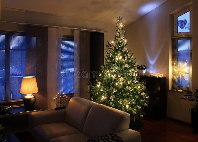 Árbol de navidad en sala de estar moderna imagen de archivo libre de regalías