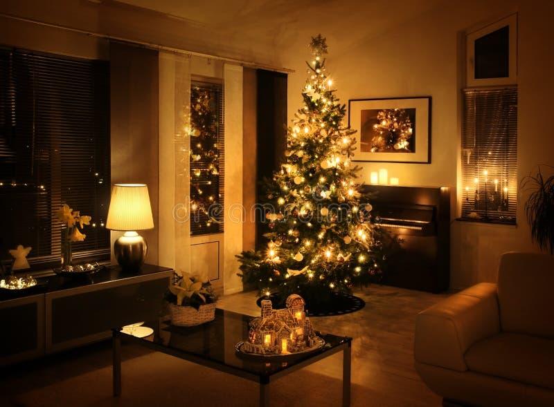 Árbol de navidad en sala de estar moderna fotos de archivo libres de regalías