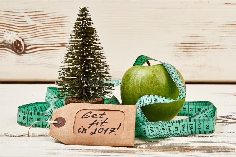 Árbol de navidad en superficie de madera fotografía de archivo libre de regalías
