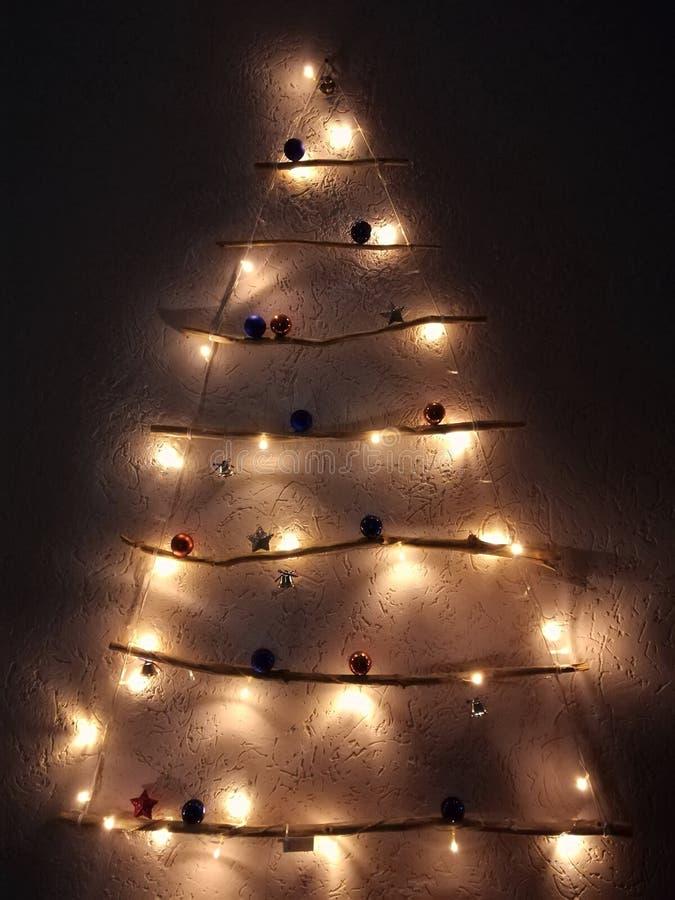 Árbol de navidad en una pared en un interior Árbol de navidad de madera como Feliz Año Nuevo del símbolo, celebración de Christof imagen de archivo