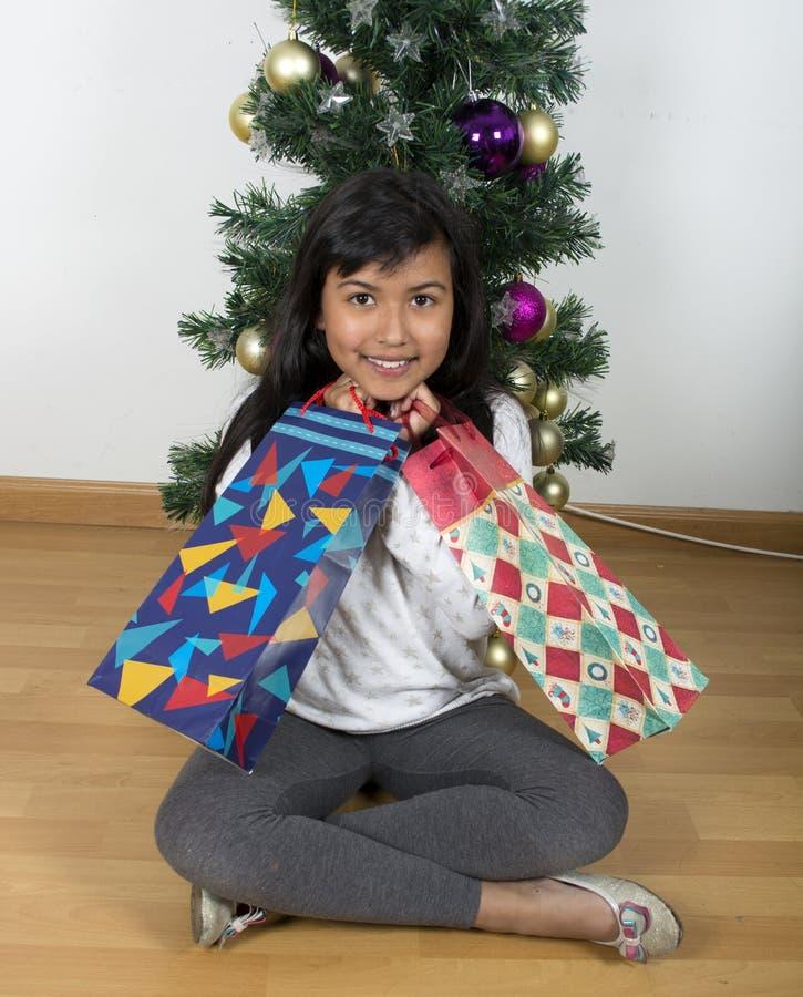 Árbol de navidad excesivo feliz del niño fotos de archivo libres de regalías