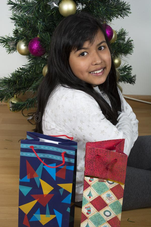 Árbol de navidad excesivo feliz del niño fotografía de archivo libre de regalías