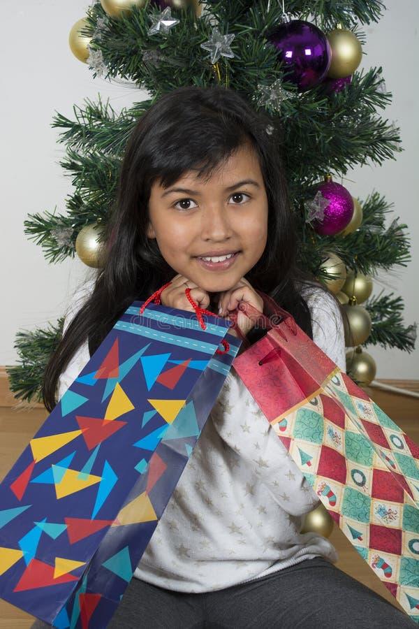 Árbol de navidad excesivo feliz del niño imagenes de archivo