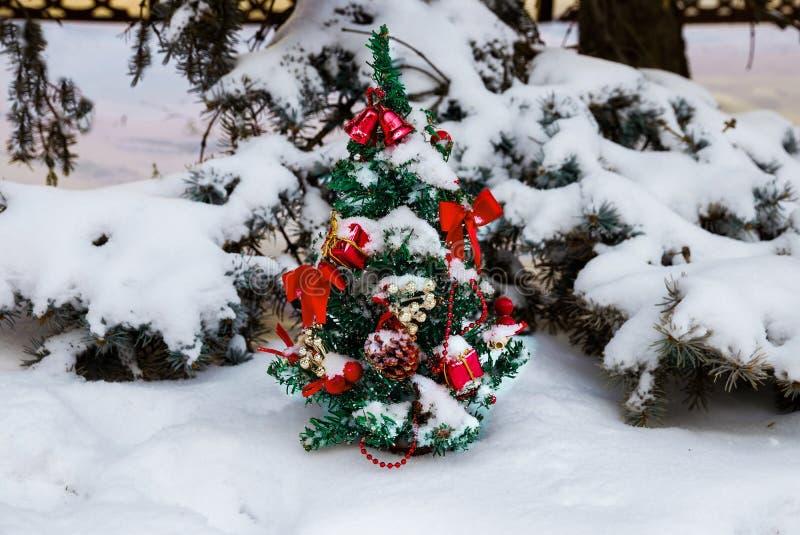 Árbol de navidad festivamente adornado en la nieve imagen de archivo libre de regalías