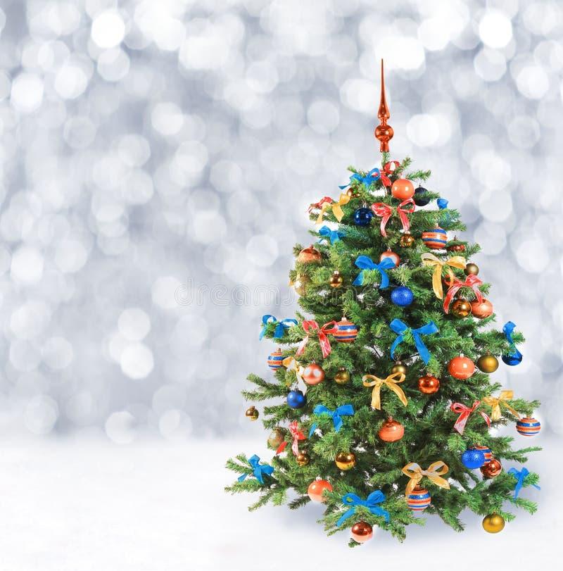 Árbol de navidad festivo en nieve del invierno imagen de archivo libre de regalías