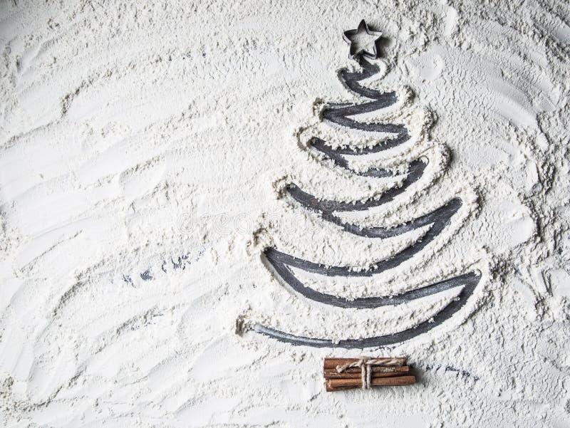 Árbol de navidad formado de la estrella y del canela de la harina foto de archivo