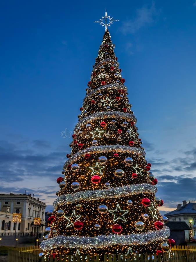 Rbol de navidad gigante foto de archivo imagen de bolas - Bolas navidad gigantes ...