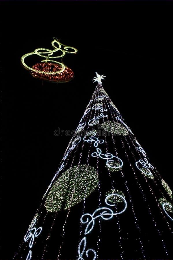 Árbol de navidad gigante con luces coloreadas y una estrella en la extremidad del árbol fotos de archivo