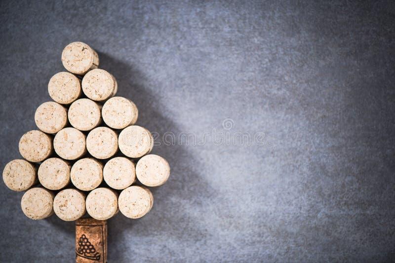 Árbol de navidad hecho de corchos naturales del vino fotos de archivo