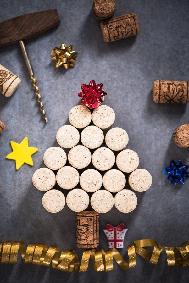 Árbol de navidad hecho de corchos naturales del vino imágenes de archivo libres de regalías