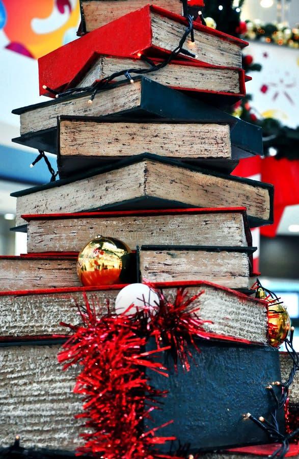 Árbol de navidad hecho de libros imagenes de archivo