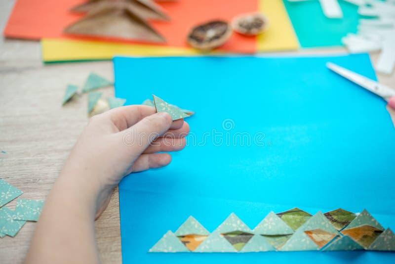 Árbol de navidad hecho del papel coloreado Un regalo con sus propias manos imágenes de archivo libres de regalías