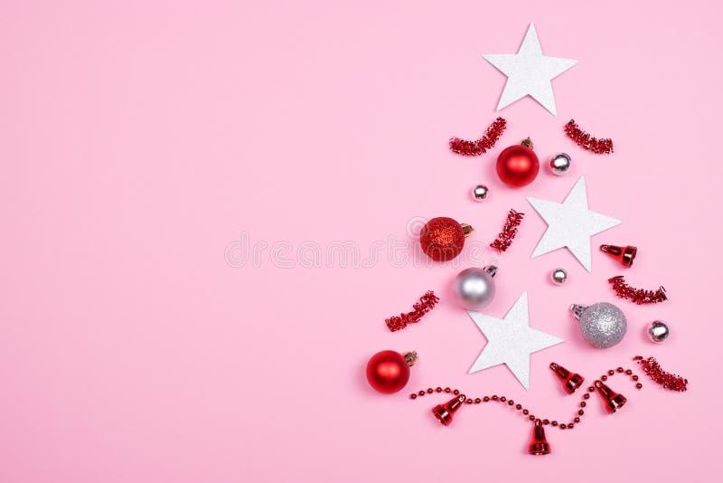Árbol de navidad hecho de los accesorios de la decoración fotos de archivo libres de regalías