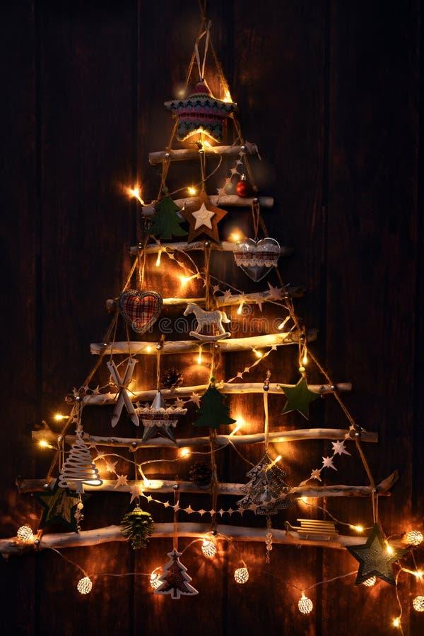 Árbol de navidad hecho a mano creativo iluminado en la oscuridad foto de archivo