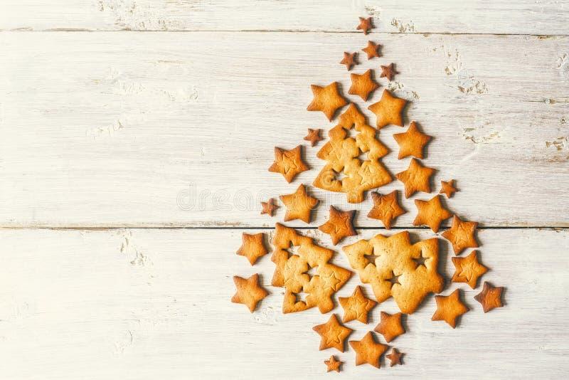 Árbol de navidad hecho por las galletas en la tabla de madera blanca fotografía de archivo