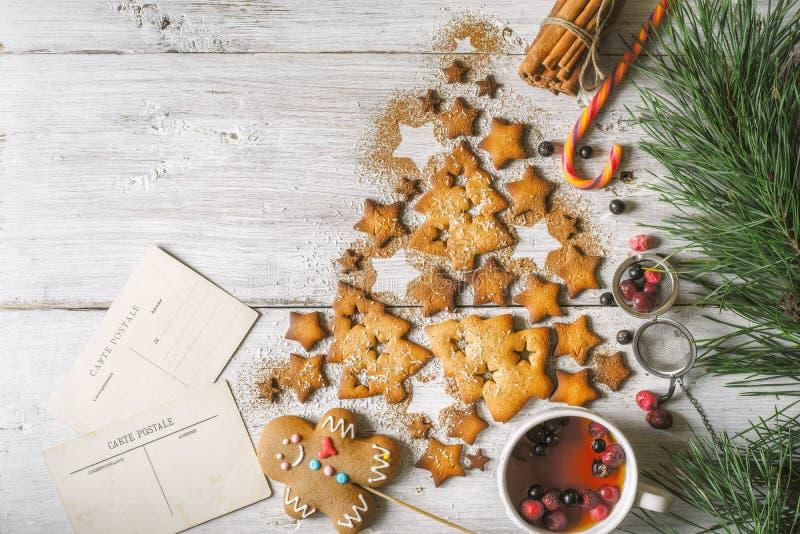 Árbol de navidad hecho por las galletas y el canela con cualidades de la Navidad en la opinión de sobremesa de madera blanca fotografía de archivo libre de regalías