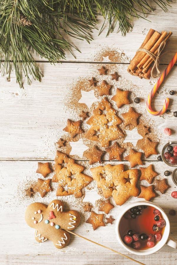 Árbol de navidad hecho por las galletas y el canela en la tabla de madera blanca con vertical del té de la baya imagen de archivo libre de regalías
