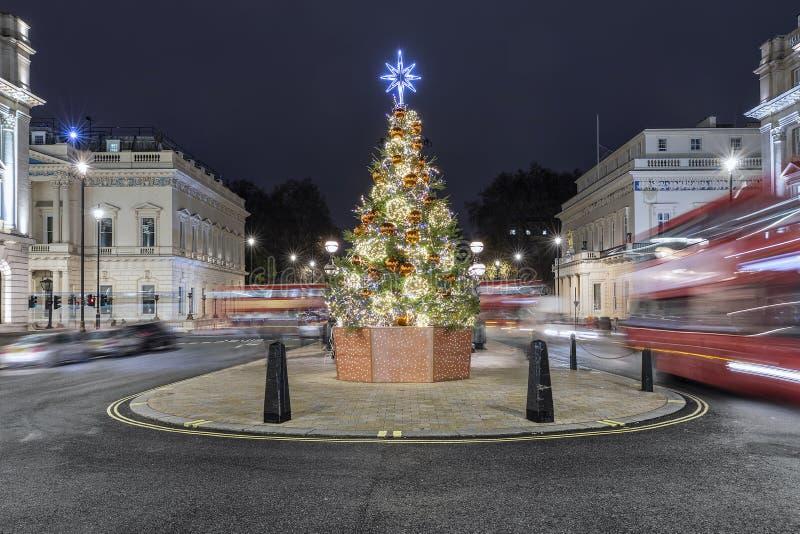 Árbol de navidad iluminado en San Jaime en Londres, Reino Unido fotos de archivo