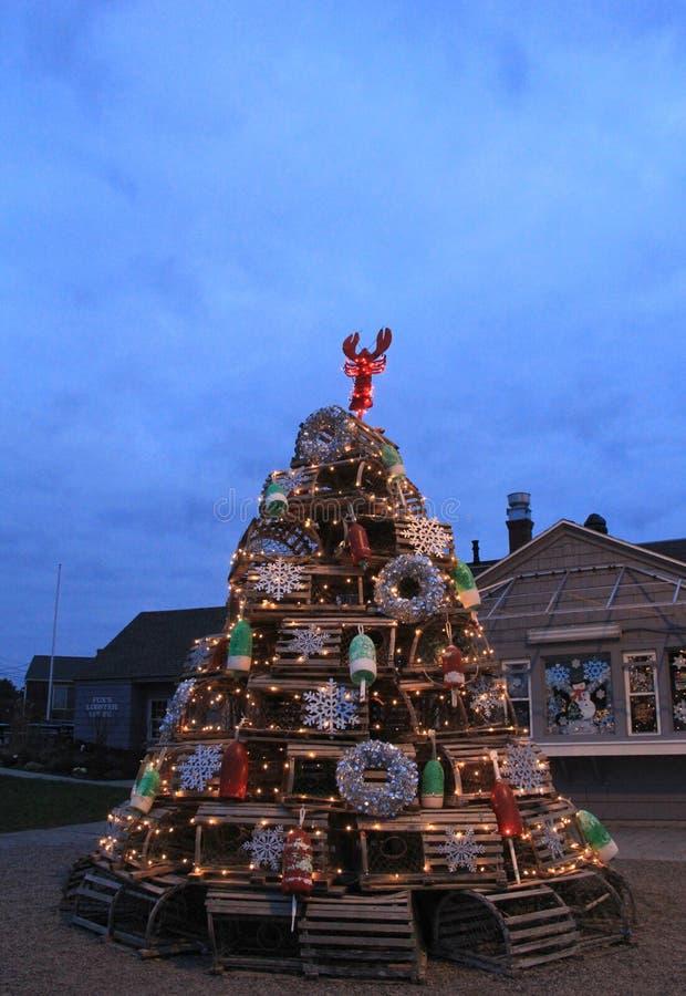 Árbol de navidad imaginativo hecho de las trampas y de los ornamentos temáticos de la playa, York, Maine, 2017 de la langosta fotos de archivo libres de regalías