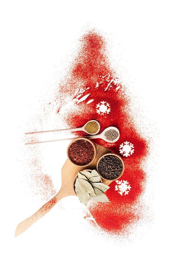 Árbol de navidad de la especia roja - diversas especias en los cuencos de madera, la ramita seca y los copos de nieve, visión sup fotografía de archivo libre de regalías