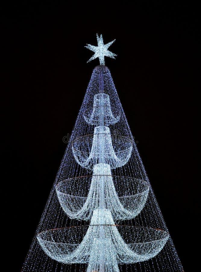 Árbol de navidad de la noche en la ciudad Luces brillantes imagenes de archivo