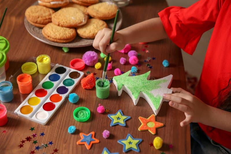 Árbol de navidad de la pintura del pequeño niño del plástico de la espuma foto de archivo libre de regalías
