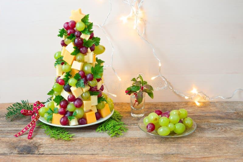 Árbol de navidad de la uva y del queso foto de archivo libre de regalías