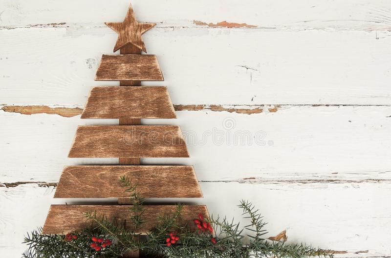 Árbol de navidad de madera del vintage en viejo fondo blanco de madera rústico fotos de archivo libres de regalías