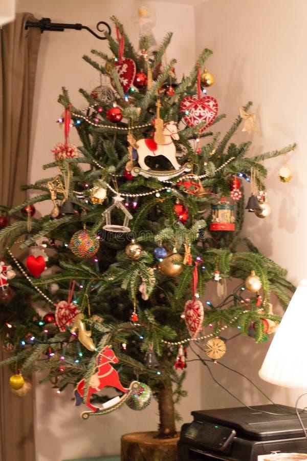 Árbol de navidad natural con las decoraciones rojas imagen de archivo libre de regalías
