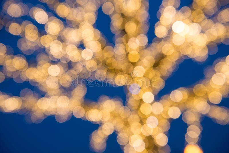 Árbol de navidad de oro borroso de las luces fotos de archivo libres de regalías